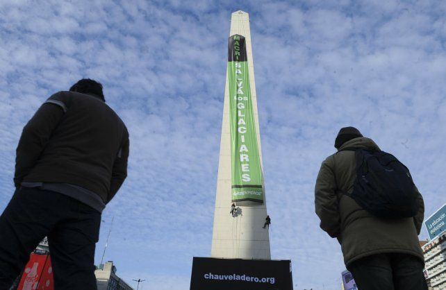 La bandera que desplegaron los activistas de Greenpeace en el Obelisco.