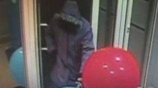 Una cámara de seguridad registró cómo un ladrón vació un cajero automático usando dos globos