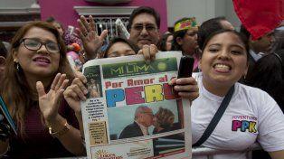 Seguidores de Kuczynski celebran la victoria en las calles peruanas.
