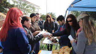 Médicos del Eva Perón de Baigorria protestaron por la calidad de la comida haciendo una choripaneada