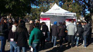 El martes pasado el stand de la UNR se instaló en la tradicional esquina de San Martín y Ayolas.