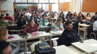 La charla organizada por la carrera de periodismo del Iset 18 convocó a estudiantes y docentes.