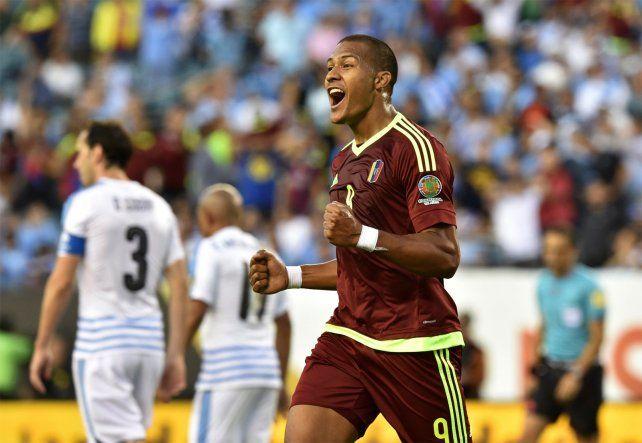 Rondón celebra el gol que marcó la diferencia entre Venezuela y Uruguay.