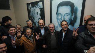 respaldo. La asunción de Olivera —entre Perotti y Scioli— contó con las presencias de referentes nacionales.