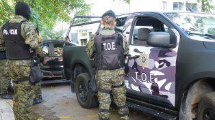 La Tropa de Operaciones Especiales (TOE) allanó seis propiedades en el barrio porteño de Floresta.
