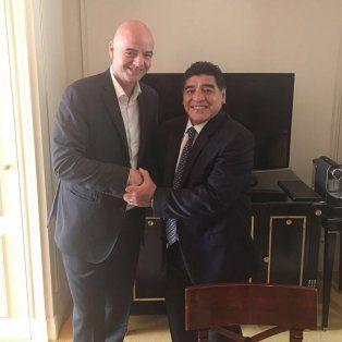 La imagen del encuentro entre Maradona e Infantino, presidente de la Fifa.