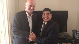La imagen del encuentro entre Maradona e Infantino