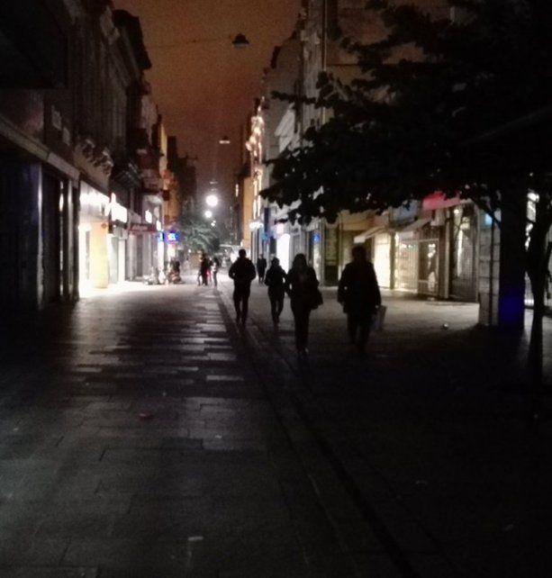 En penumbras. La iluminación de la peatonal es escasa y los comercios apagan las vidrieras por las altas tarifas.
