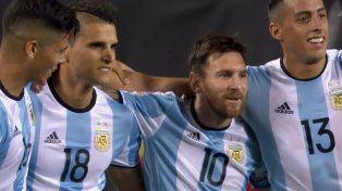 Messi entró, acomodó todo, hizo tres goles y metió a Argentina en cuartos de final