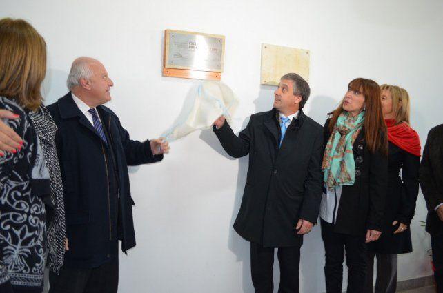 El acto. Lifschitz y Pedretti descubren una placa en el flamante inmueble.