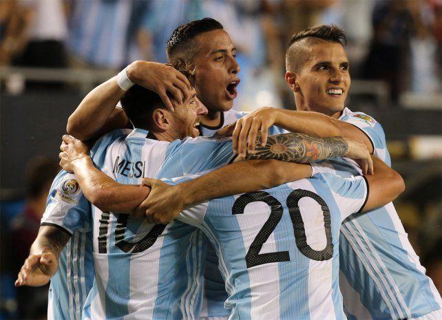 Todos abrazan a Messi