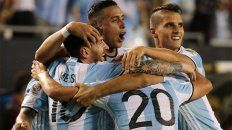 Todos abrazan a Messi, la gran figura de Argentina contra Panamá.