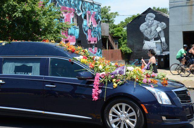 Sin consuelo. El auto que transportaba los restos del mítico deportista fue cubierto con flores por un interminable cordón de gente.