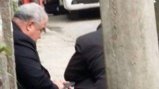 Sereno. El arzobispo Tempesta mira su celular durante el tiroteo.