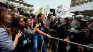 Una de las muchas marchas de protesta hasta la sede del CNE reclamando algún avance en el proceso.