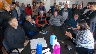 Dirigentes sindicales de Obras Sanitarias en una reunión con concejales de Fray Luis Beltrán. Se discutió la situación de la Cooperativa.