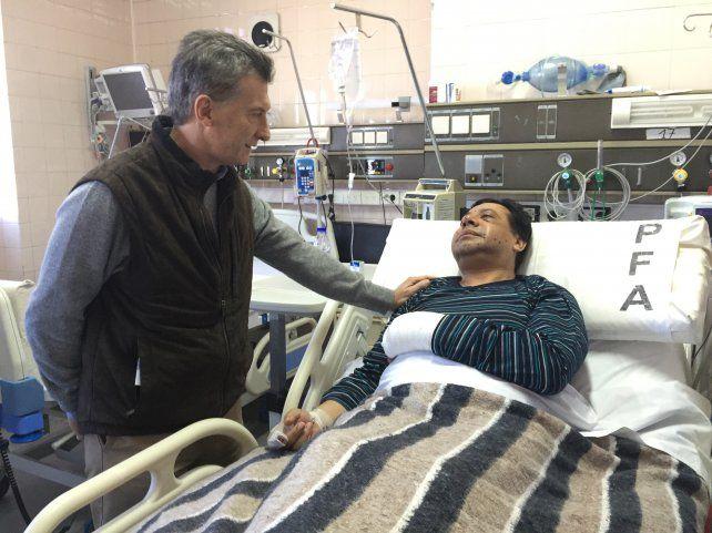 Macri saluda al comisario inspector Gustavo Santos Díaz
