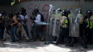 La Guardia Nacional ataca con gas pimienta a un grupo de fotógrafos cerca de la universidad caraqueña.