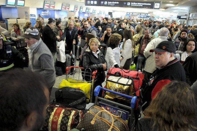 varados. El hall del aeropuerto ayer a la mañana cuando todos los vuelos estaban cancelados.