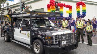 Policías en alerta durante uno de los desfiles del Día del Orgullo Gay.