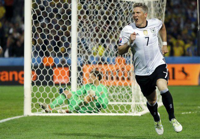 Bastian Schweinsteiger cierra el partido ya en el descuento.