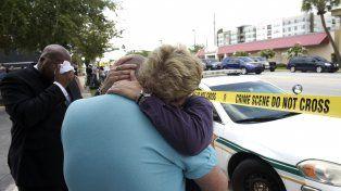 conmoción. Abrazos y condolencias de directivos del centro LGBT en inmediaciones del club atacado.