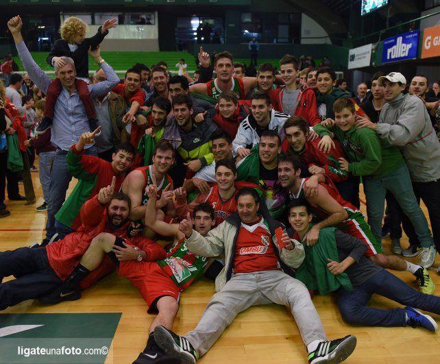 Fiesta en Caballito. El Lobo celebró el ascenso en el estadio de Ferro.