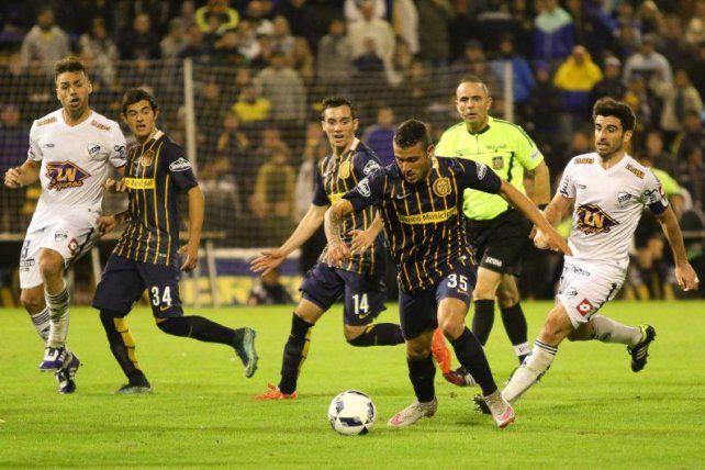 Los tres. Rodríguez encara en el partido ante Quilmes. Banega (14) sigue la jugada de cerca