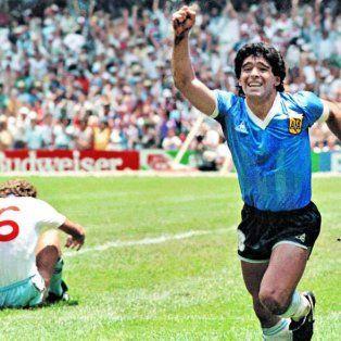 Maradona convirtió los históricos goles para vencer a Inglaterra en cuartos de final.