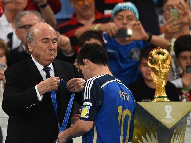 Messi recibió la medalla pro el segundo puesto de la selección argentina y el premio al mejor del Mundial
