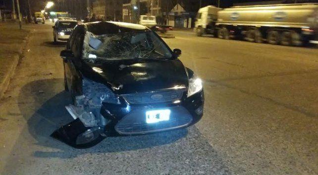 El hombre fue atropellado por un Ford Focus color negro.