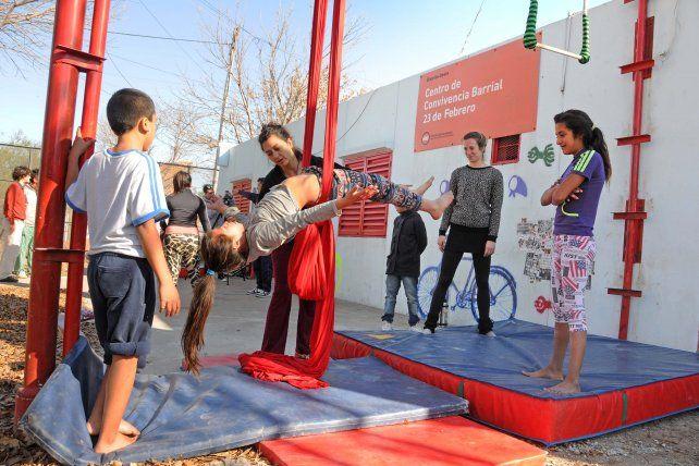 Colgados. Dos veces por semana los chicos acuden al Centro de Convivencia Barrial 23 de Febrero y se adentran en el fascinante mundo del circo.