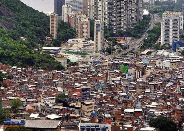 Río de contrastes. Toda una postal: en la capital del carnaval brasileño conviven muy cerquita la opulencia arquitectónica y las favelas