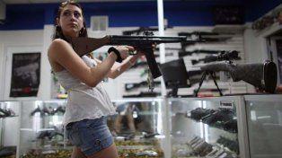 Me lo llevo. Una mujer joven prueba un fusil automático en una de las 55.000 armerías que hay en Estados Unidos.