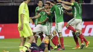 A 10 del final. Los mexicanos abrazan a Jesús Manuel Corona después de la conquista del empate.