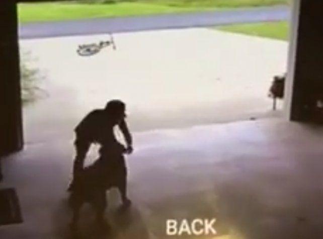 Un chico se escapa de su casa para abrazar el perro de un vecino.