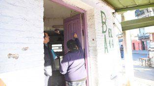 Las balas dejaron marcas en el frente del bar de barrio Acindar.