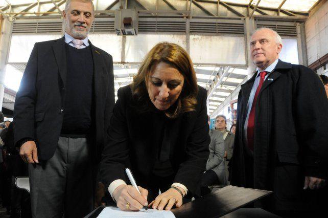 La intendenta Mónica Fein y el gobernador LIfschitz durante la firma del convenio.