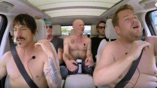 Los Red Hot Chili Peppers cantaron sus principales éxitos y terminaron desnudos en un auto