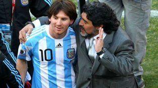 Otros tiempos. Diego le da indicaciones a Messi en un partido válido por el Mundial Sudáfrica 2010.