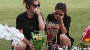 Congoja. Dos jóvenes no ocultan su dolor en el memorial a las víctimas.