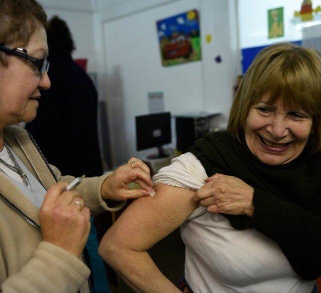 Inoculada. El ministro de Salud detalló que ya se vacunó a más del 95% de los mayores de 65 años.