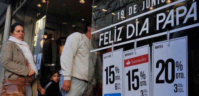 Números en las vidrieras. Los carteles con los descuentos ya están más que vigentes en los locales céntricos.