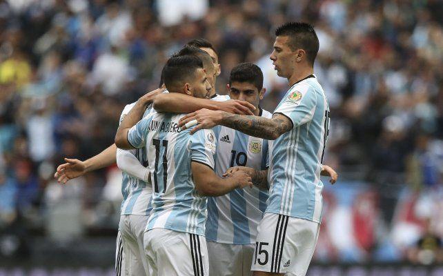 Todos celebran el primer gol