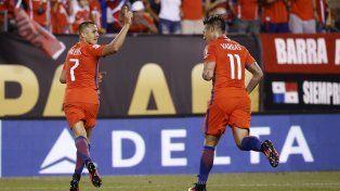 Alexis Sánchez y Vargas festejan en la victoria chilena ante Panamá.
