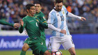 El crack y la estampilla. Messi intenta superar a Bejarano. La Pulga debió lidiar con la dura marca del boliviano durante los 45 minutos que jugó.