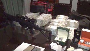Los videos del allanamiento a José López que muestran los dólares, joyas y un arma