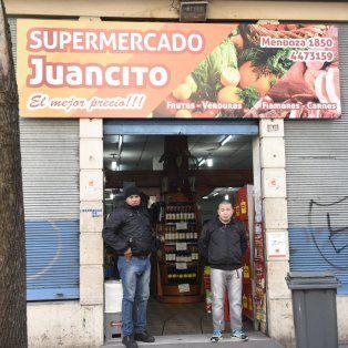 El supermercado Juancito, de Mendoza al 1800. Su dueño denunció las extorsiones en la comisaría 2.
