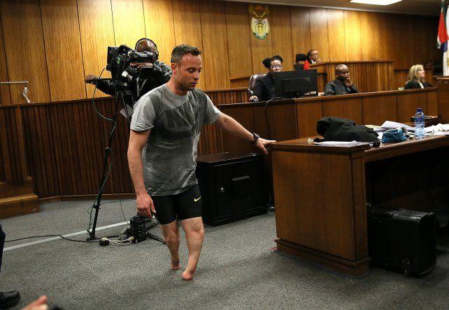 Pistorius camina sobre sus muñones frente al tribunal que lo juzga en Pretoria.