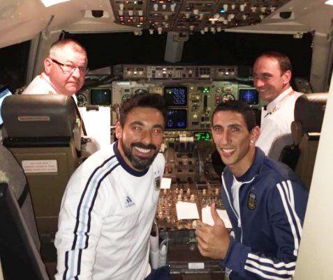 Lavezzi y Di María posaron con los pilotos como lo hizo la polémica vedette Vicky Xipolitakis